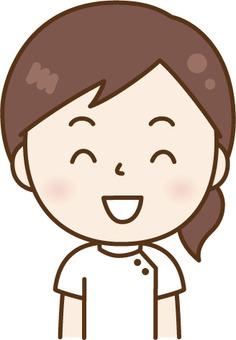 一個微笑的護士的女人
