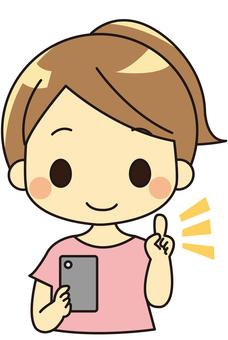 拿著智能手機的微笑的婦女