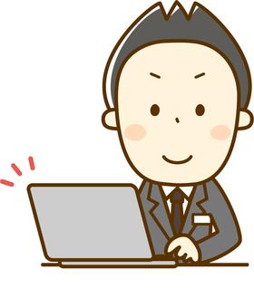 Un hombre en el recepcionista que opera una computadora personal