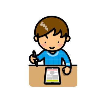 태블릿을 사용하여 공부하는 소년