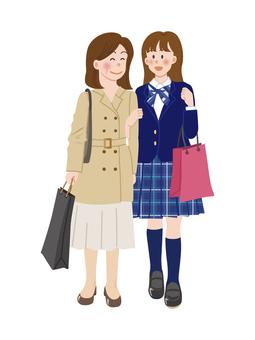 母親和女兒購物