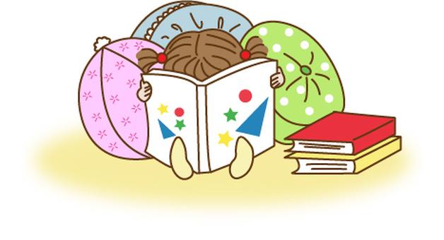 一個女孩讀一本圖畫書