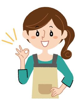 一位家庭主婦擺姿勢像一個微笑3