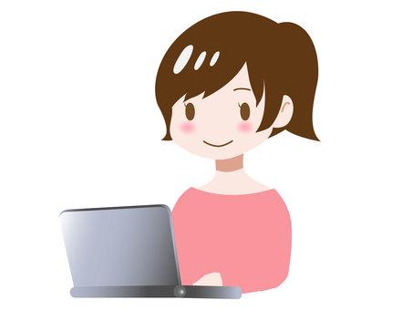 컴퓨터를 사용하는 여성 ②