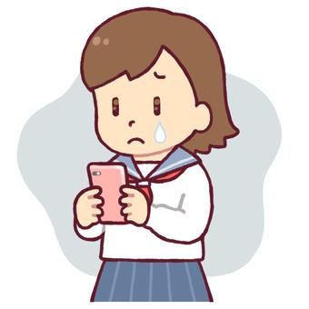 學生在哭看著智能手機