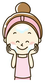 Women who do skin care 2-1 Washing face