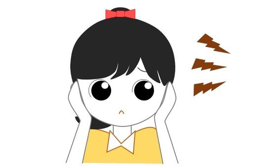 女孩堵塞他們的耳朵