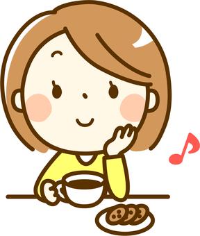 一個女人享受下午茶時間