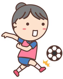 踢足球的女孩