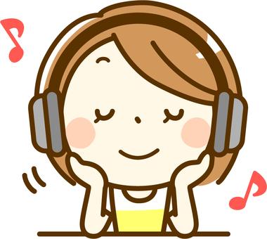 헤드폰으로 음악을 듣고 여성