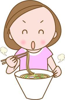 라면을 먹는 여자