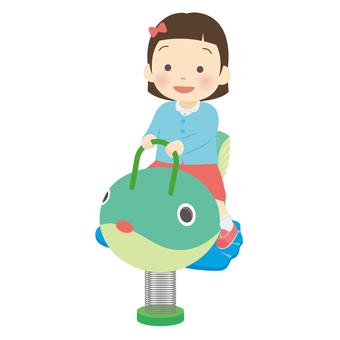 スプリング遊具で遊ぶ女の子