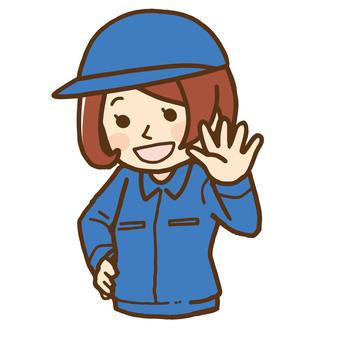 戴著有工作服的婦女一個帽子