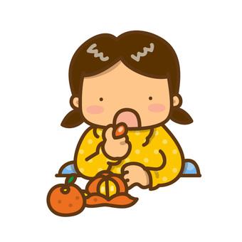 みかんを食べる女の子