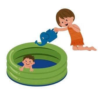 비닐 수영장에서 노는 아이