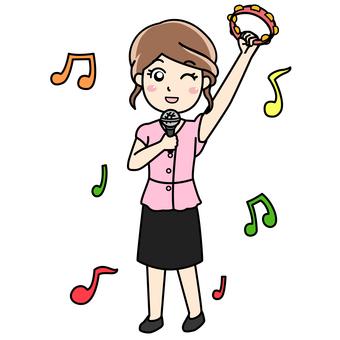 노래방에서 열창하는 여성
