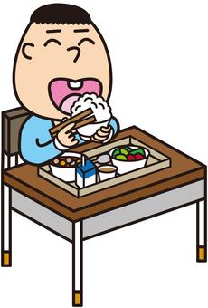 給食を食べる男の子