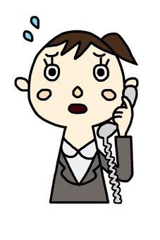 전화로 어려움을 겪고있는 여성 직원