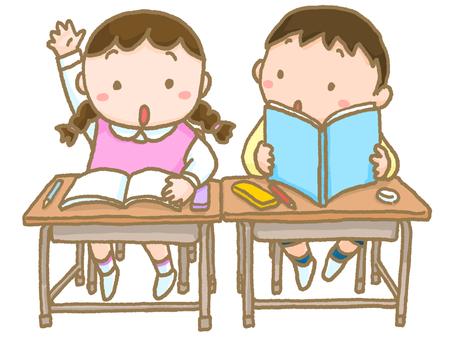 孩子們在上課時舉手