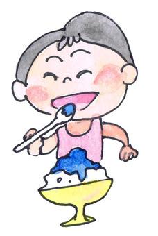 男孩吃刨冰