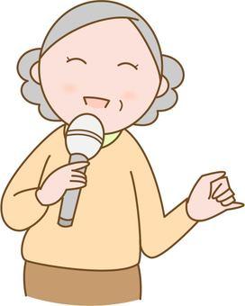 노래방에서 노래하는 노인 여성
