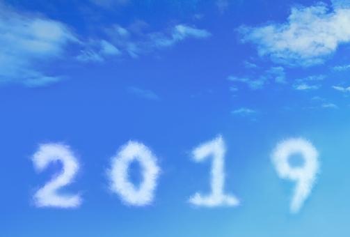 구름의 연호가 떠있는 푸른 하늘 · 2019 년