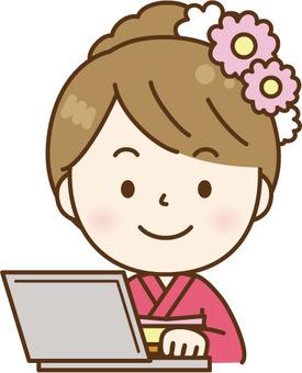 和服女性使用電腦