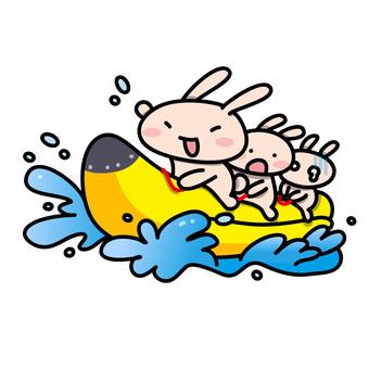 バナナボートに乗るうさぎさんたち