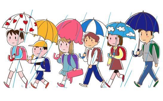 集団登校 傘を差して登校一列に並んで
