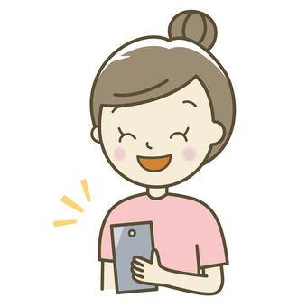 스마트 폰을 가지고있는 여성 미소
