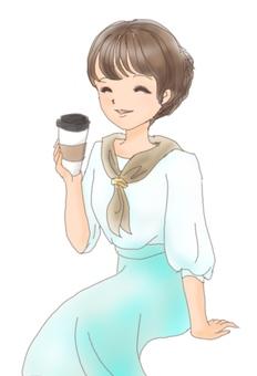 一个女人喝热咖啡