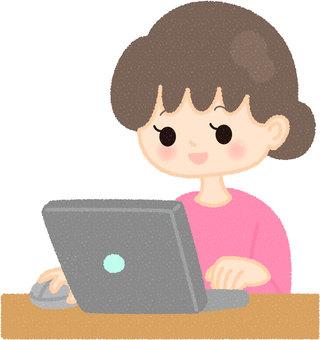 經營個人電腦的女性