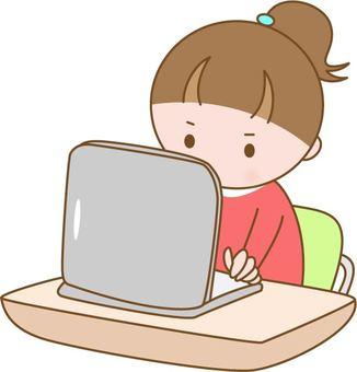 컴퓨터를하는 어린이