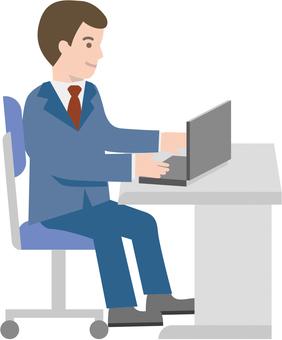 在辦公室使用個人電腦的商人