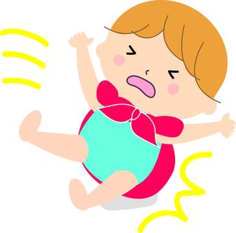 一個嬰兒緊緊抓住一個furoshiki手柄
