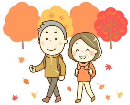 楽しい秋のハイキング_高齢者夫婦_背景有