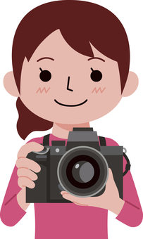デジタル一眼レフカメラを持つ女性