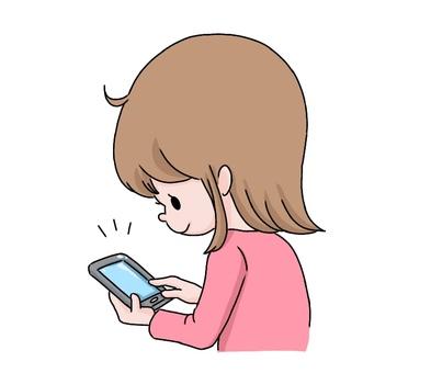女孩看著智能手機