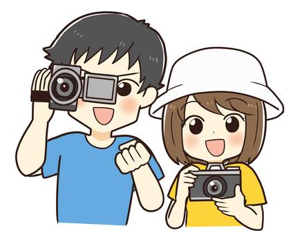 カメラで撮影する夫婦(男女)
