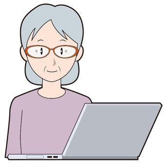 노트북 PC와 시니어 여자