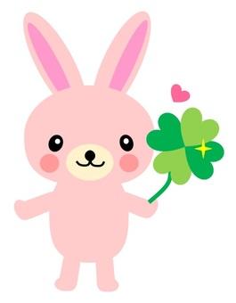 토끼 인형과 네잎 클로버