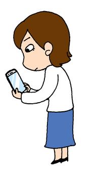 スマートフォンを見てる女性
