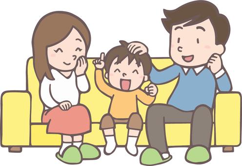 ソファで談笑する家族