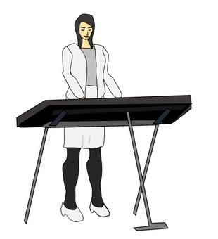 신디사이저를 연주하는 여성
