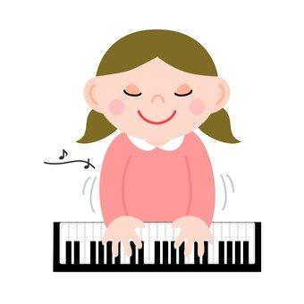 女孩彈鋼琴