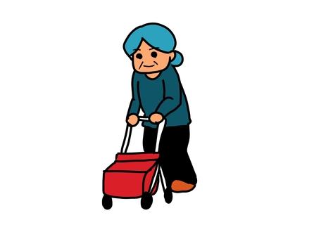 シルバーカーで歩く高齢者