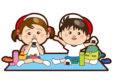 소풍 도시락을 먹는 아이들