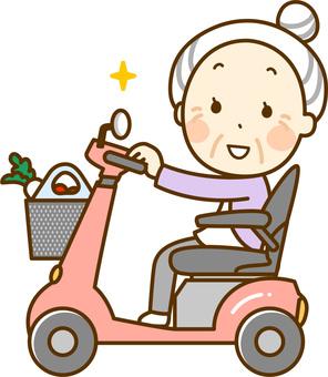 シニアカーで散歩するおばあさん