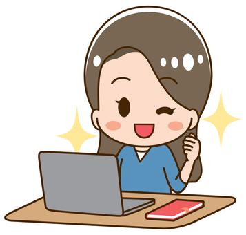 컴퓨터로 향하는 젊은 여성 승리의 포즈