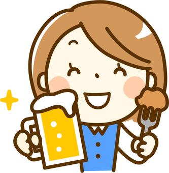 一個女人,一個啤酒杯
